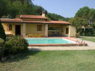 2 bedroom Villa with Pool, Air Con, WiFi and Walk to Shops - 5490414