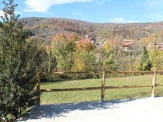 Vista del vecindario y iglesia románica S XII 'Sant Feliu de Rocabruna' en  puerta de la casa rural