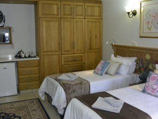 GinaZ Bnb - Bedroom 2, casa vacanza a Salt Rock