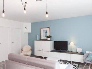 Vue du salon avec TV écran plat, enceinte Harman Kardon bluetooth