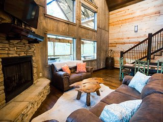 Brand New! The Hollowtree Cabin! 3 Br 3 Bth; Sleeps 10; Shuffle Board; Hot Tub