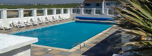 Poolbereich mit herrlichem Meerblick über Fistral Beach