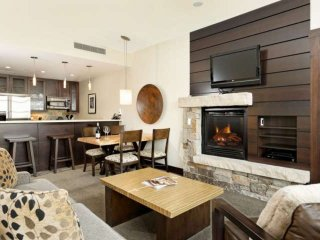 Food & Wine available! Snowmass premier ski in/out. Hot tub, ski storage, free p