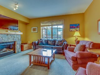 Luxurious corner condo with a shared pool and hot tubs, close to ski slopes!