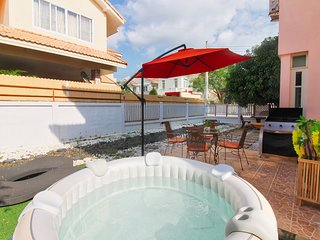 6 Beds Jacuzzi Villa with BBQ Free WiFi and Shuttle to beach