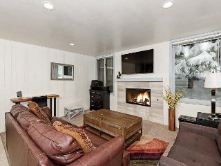 Gorgeous, Renovated 2BD 2BA, Hot Tub, Pool, Prime Location