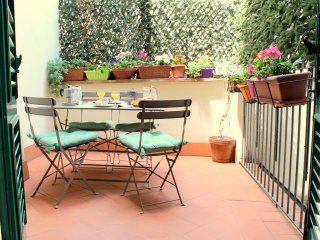 Very Italian Style with a lovely terrace, close to the Dome! 1000 Square Feet