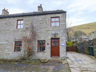 ROWAN COTTAGE, end-terrace, woodburning stove, great views, in Buckden, Ref 9227