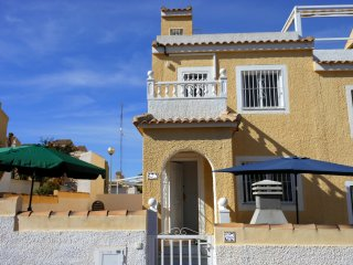 (500) Casa Jenny 2 bed house in quiet square air-con Wi-Fi close to amenities