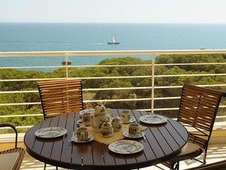 Panoramic, Striking Seaviews, 2 Bedroom,2 bathroom, Pool, Seafront Apartment.