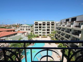 Beautiful and Cozy Loft Condo with Endless Sunshine, Great Restaurants and Beach