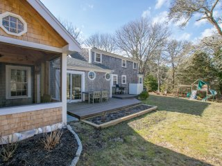 #614: Walk to Oyster Pond, minutes from downtown Chatham and beaches!