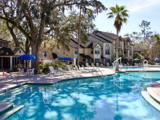 ORLANDO GETAWAY, COZY 1BR FOR 4 GUESTS! PARKS SHUTTLE, POOLS, HOT-TUB, GRILL!