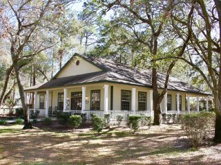 RELAXING GETAWAY, COMFY 1BR FOR 4 GUESTS! SHUTTLE TO PARKS, POOLS, TENNIS, GRILL