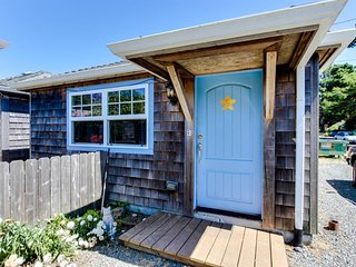 Serene dog-friendly cottage just blocks from the beach & main drag!