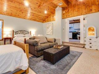 Quaint dog-friendly cottage w/ deck, close to beaches, Main Street, & bike path!