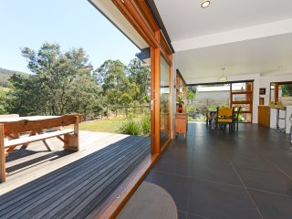 Huon Valley House, luxury river views + free Wi-Fi