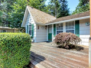 Cozy, dog-friendly cottage with hot tub, three blocks from beach