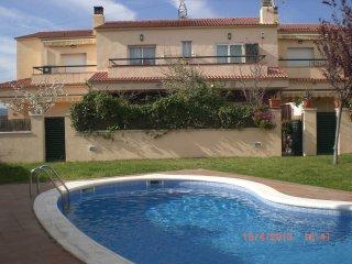 Casa Adosada con jardin privado y piscina comunitaria