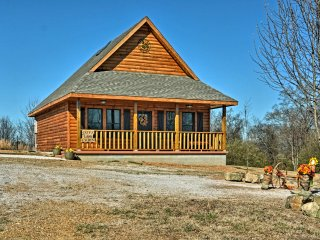 NEW! Cozy 1BR + Loft Log Cabin near Lake Hamilton!