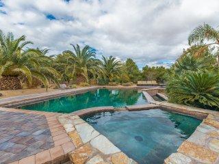 777RENTALS - Vegas Getaway - Backyard Oasis, Pool, Spa, Firepit, Basketball