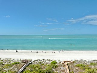 Cozy beachfront condo w/ heated pool & stunning ocean view