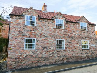 HAWTHORNE COTTAGE, pub across road, Howardian Hills AONB, en-suite, Ref 974508