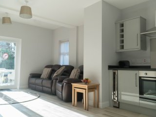 Ash Apartment, 2 bed ground floor apt near seafront, with parking and patio