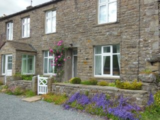 Low Rigg, spacious Yorkshire Dales cottage, 1 dog welcome, wifi, lovely garden
