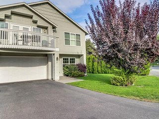Townhome near lake w/ pool and playground, great for families!
