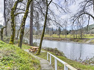 Cozy Grants Pass Home - Walk to Rogue River!
