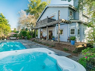 Minutes to Sonoma Square! 3BR, Magical Backyard w/ Pool, Hot Tub & Gardens