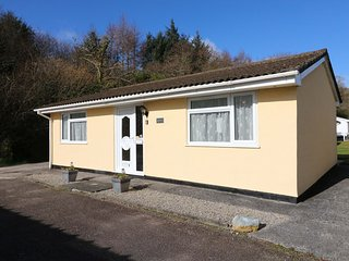 LIFE'S A BEACH, bungalow on holiday village, pet-friendly, fishing lake and tenn