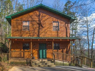 Dog-friendly cabin w/hot tub, pool table & two-level porch - close to Dollywood!