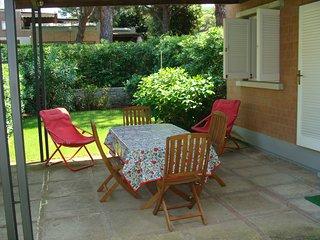 alloggio con giardino, 2 camere a 2 letti, salone, cucina, 2 bagni, uno a doccia