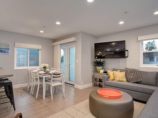 Modern 2 Bedroom Pier Bowl Condo. Walk to Beach, Pier, & Restaurants! AC and
