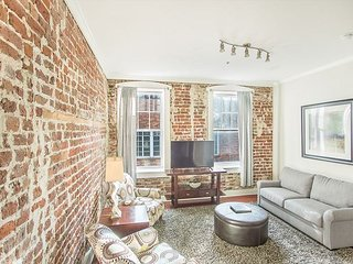 Stay with Lucky Savannah: Amazing Loft Right on Bay Street!