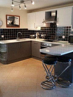Kitchen open plan & light! Dishwasher, washer/dryer, fridge/freezer