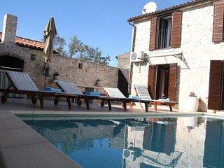 Schönes Ferienhaus 'Emilija Antonija' mit Pool in dem auch Hunde erlaubt sind!