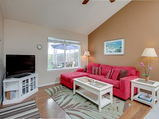 Nautilus Rentals: Peek bay view in stylish accommodations, private patio,