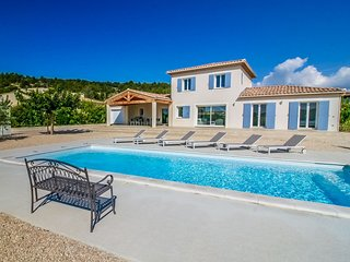 uxury air-conditioned villa, in Mormoiron, great view, heated pool