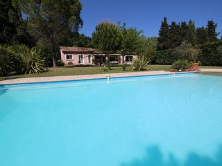 Near St-Rémy-de-Provence, holiday villa with nice pool. Dog welcome
