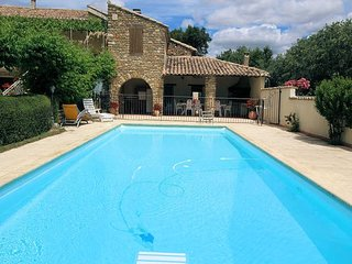 Landhouse overlooking Vaison-la-Romaine, swimming pool, dog allowed
