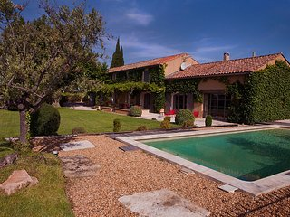 In Violès, Vaucluse, luxury landhouse for your holiday, heated pool