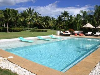 Contemporary Estate steps from Minitas Beach, Fully Staffed, Swimming Pool, AC