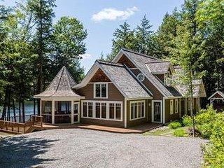 Luxury Lake Joseph cottage & boathouse