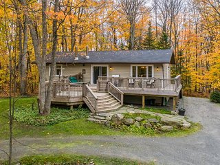 Quaint 4 bedroom surrounded by forest and adjacent to The Rock golf course