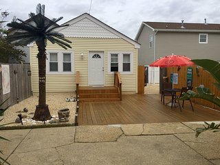 2 BEDROOM BEACH HOUSE,PRIVATE YARD,RESERVED PARKING,BEACH PASSES,WIFI