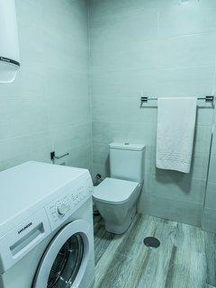 Un baño moderno que aprovecha todos los espacios