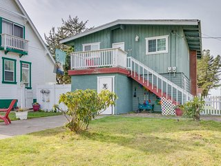 Duplex w/ decks, shared firepit/gazebo, 1 block to beach, 2 dogs OK!